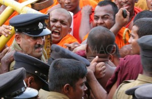 1317291915-buddhist-monks-protest-in-colombo_286543