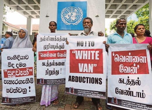 Family members of people who disappeared during the war between government forces and Tamil Tiger guerrillas, protest against what they say are continued abductions, in front of the U.N. office in Colombo May 10, 2016. REUTERS/Dinuka Liyanawatte