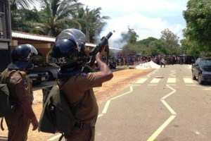 Police fire teargas shells to disperse Jaffna mob, may 14,2015